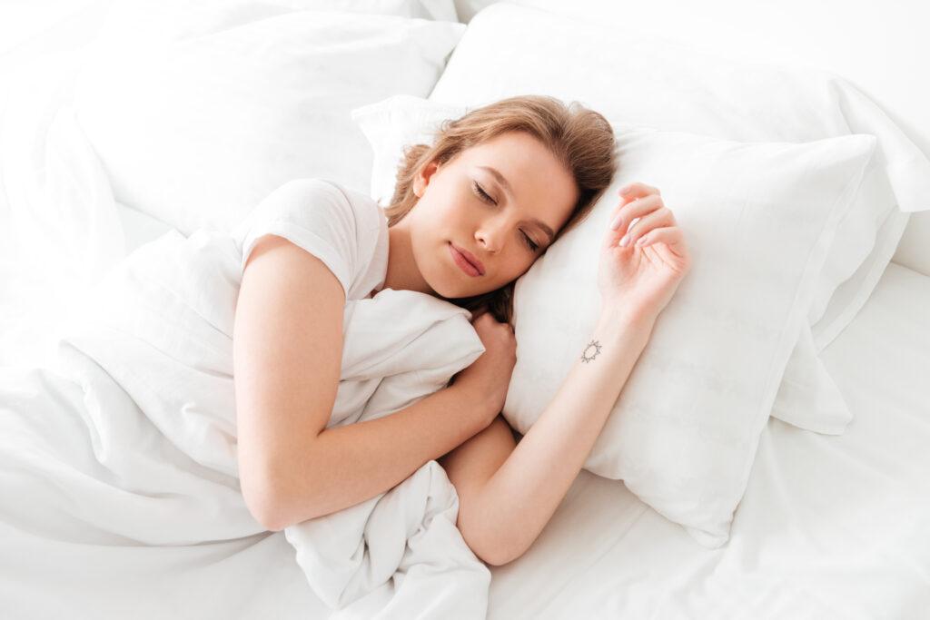 femme sur oreiller rafraichissant