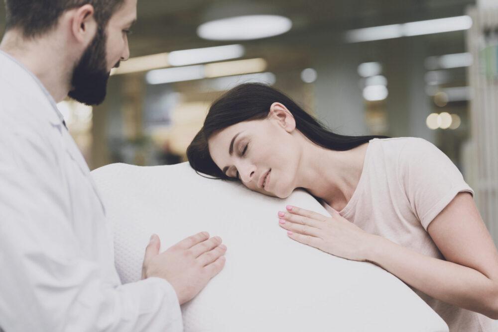 Femme vérifiant la fermeté d'un oreiller rafraichissant