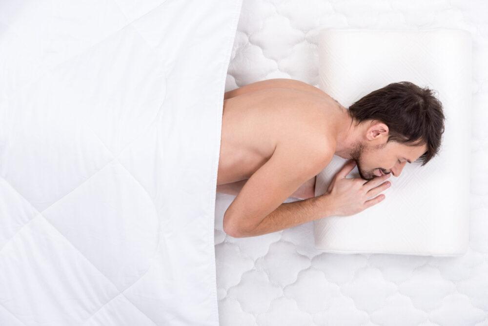 homme couché sur le côté